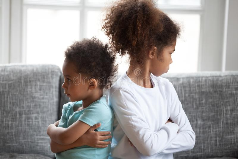 坐转动远离eac的被触犯的非裔美国人的兄弟姐妹 库存图片