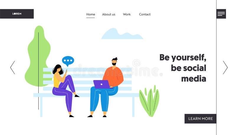 坐长凳在有膝上型计算机和智能手机的公园和沟通在网上在互联网的男人和妇女 皇族释放例证