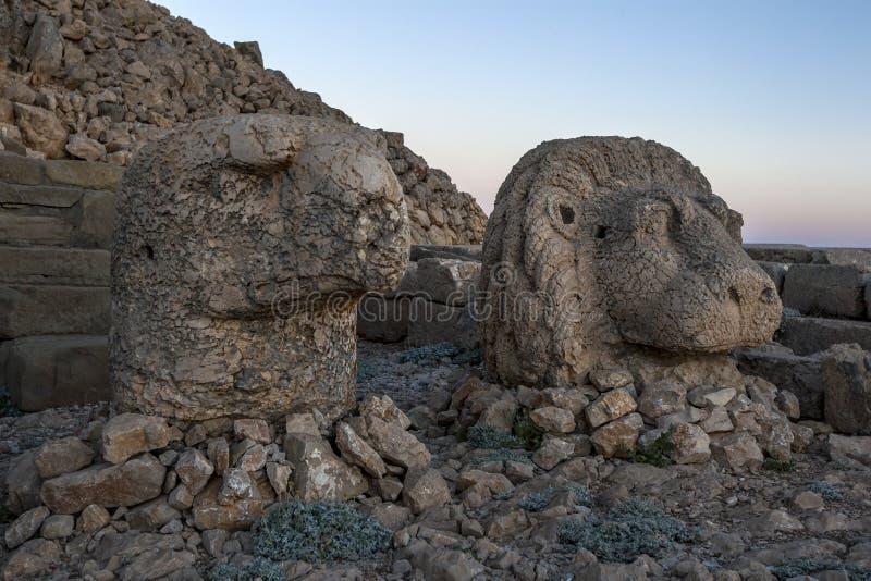坐Mt内姆鲁特火山东部平台在土耳其是老鹰和狮子的雕象 库存图片