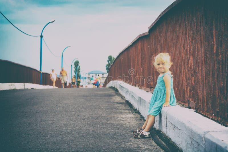 坐od的小女孩桥梁 免版税图库摄影