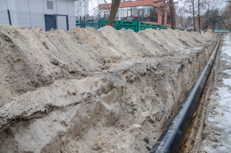 坑和管子在工地工作 免版税库存图片