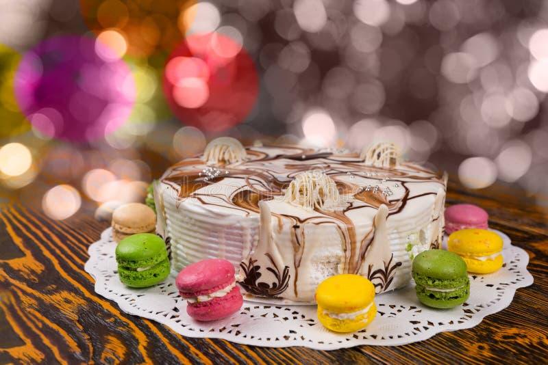 结块与巧克力装饰品在五颜六色的brighting的背景 免版税库存照片