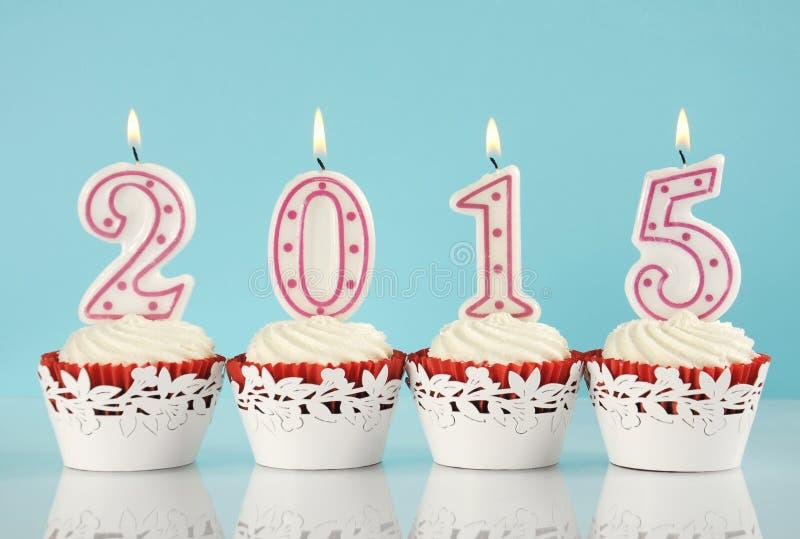 2015块红色天鹅绒杯形蛋糕的新年快乐 库存图片