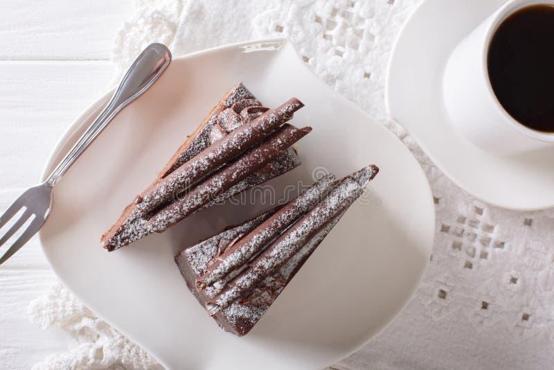块菌状巧克力片断在板材和咖啡特写镜头结块 库存照片