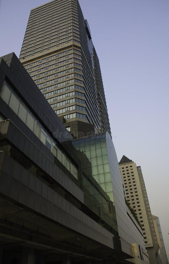 3块角度结构大厦城市另外低现代老刮板天空视图 免版税库存图片
