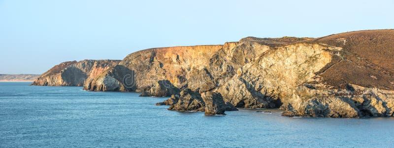 坚固性北康沃尔海岸线,在Trevaunance小海湾附近,圣艾格尼丝岛 库存图片