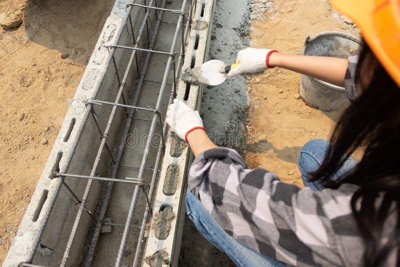 坚固性女性建筑工人在站点 免版税库存图片