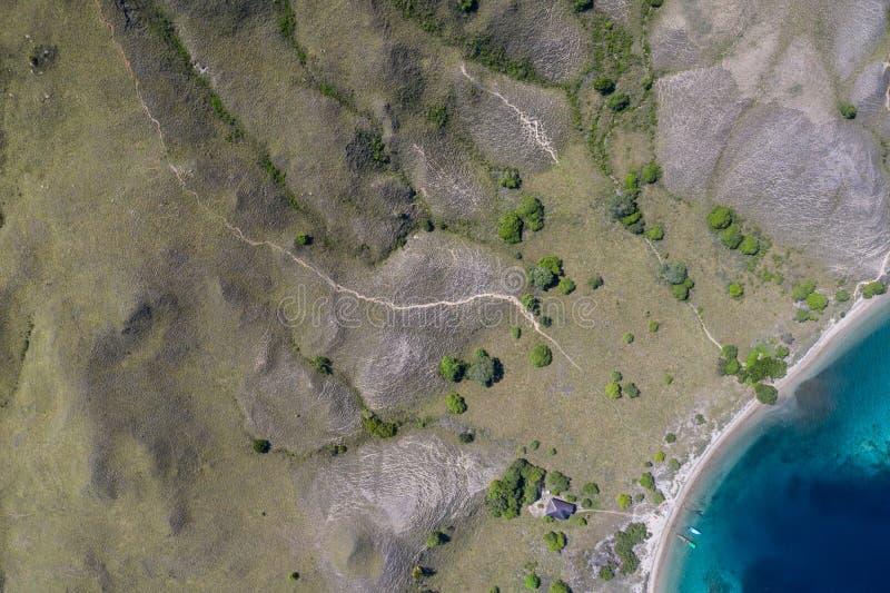 坚固性海岛、海滩和礁石天线在印度尼西亚 库存图片