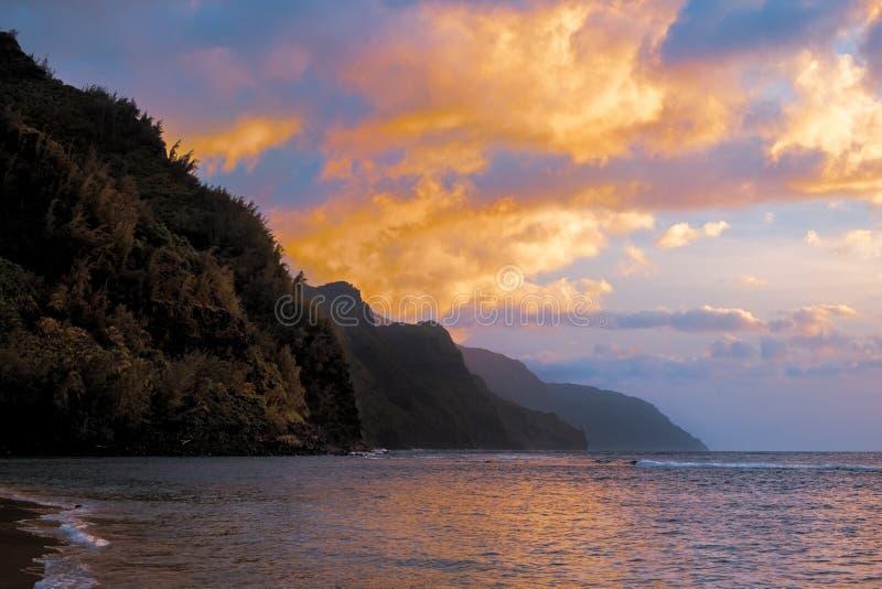 坚固性海岸线五颜六色的日落风景视图在考艾岛,夏威夷的 免版税库存照片