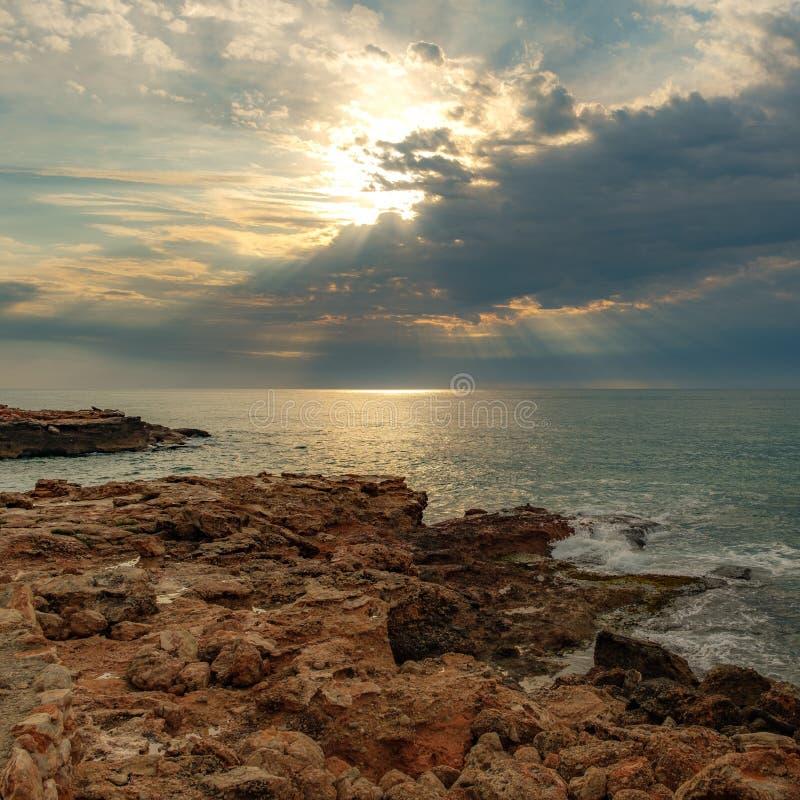 坚固性海岸线和光束 免版税库存照片