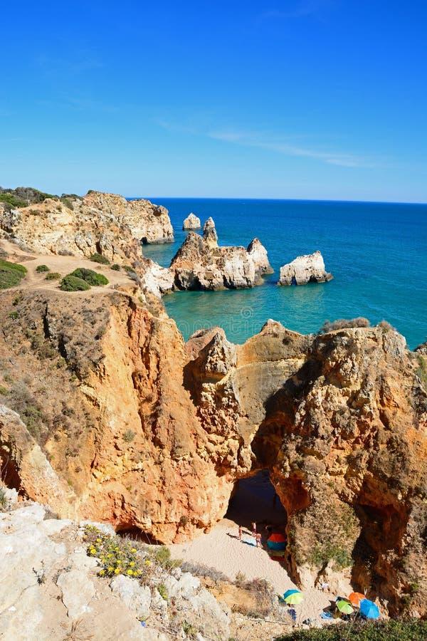 坚固性海岸线和海滩在普腊亚da罗恰省,波尔蒂芒 免版税库存照片