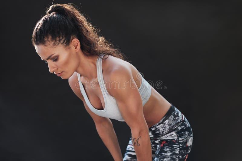 坚定的年轻女性健身模型 免版税库存照片