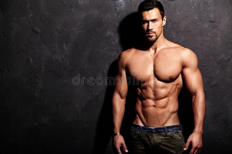 坚强的健康英俊的运动人 库存图片