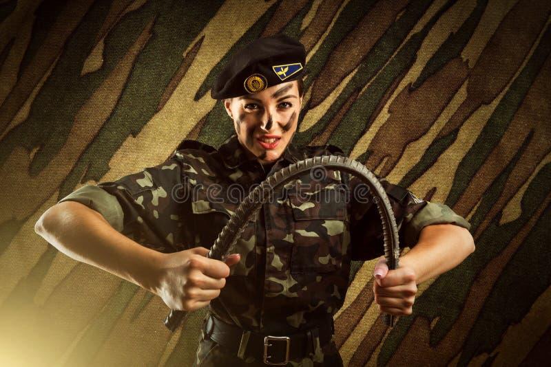 坚强的军队战士妇女 免版税图库摄影