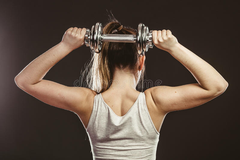 女子哑铃健身_坚强的妇女举的哑铃重量 健身
