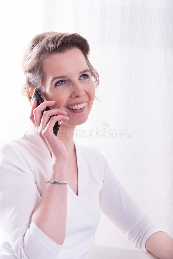 坚强的妇女在电话谈话 免版税库存照片