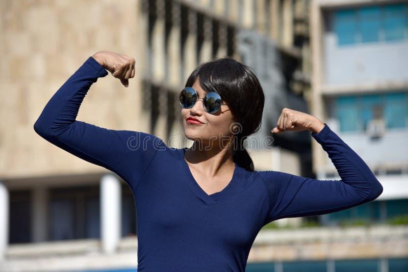 坚强的年轻不同的女性妇女佩带的太阳镜 库存图片