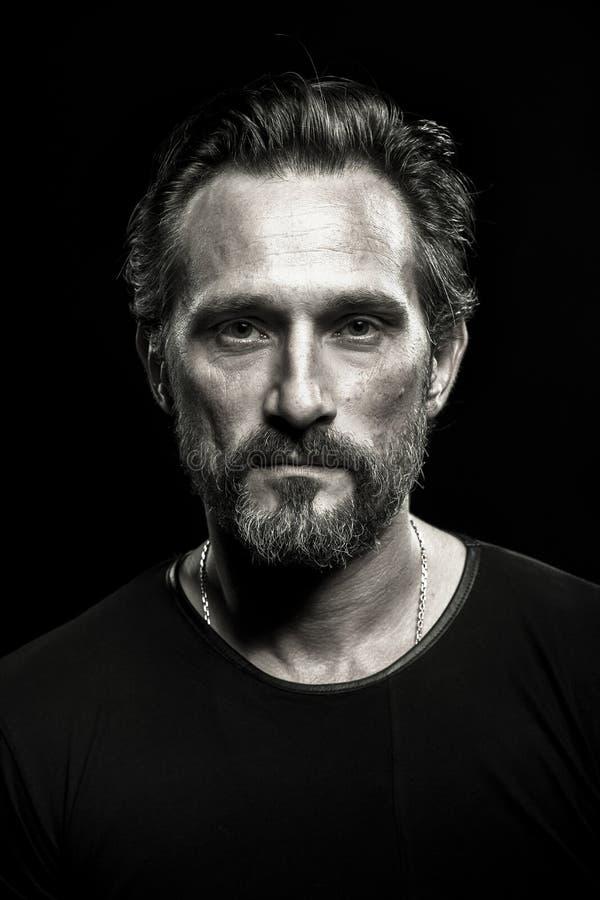 坚强的成熟beardy人单色画象  库存照片