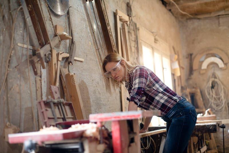坚强的木匠妇女 免版税库存图片
