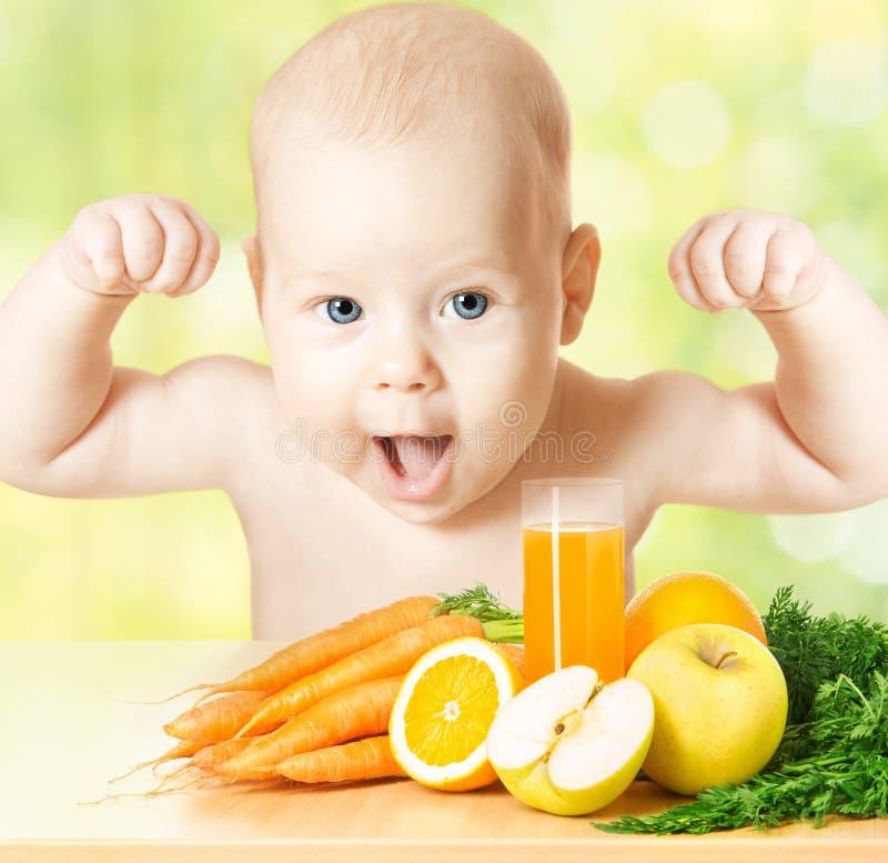 坚强的婴孩、新鲜水果膳食和汁液玻璃 图库摄影