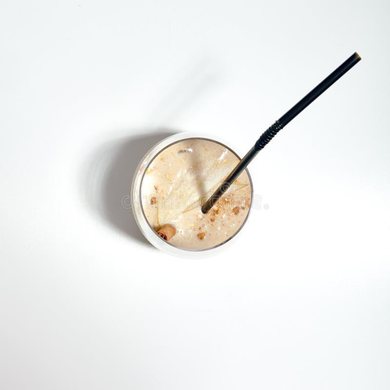 坚果圆滑的人宏观照片用核桃牛奶、梨和香蕉我 免版税图库摄影
