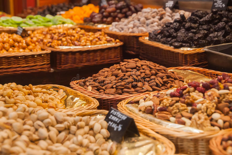 坚果在地方食物市场上 图库摄影