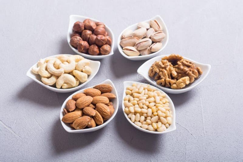 坚果的混合:开心果、杏仁、核桃、松果、榛子和腰果 免版税图库摄影