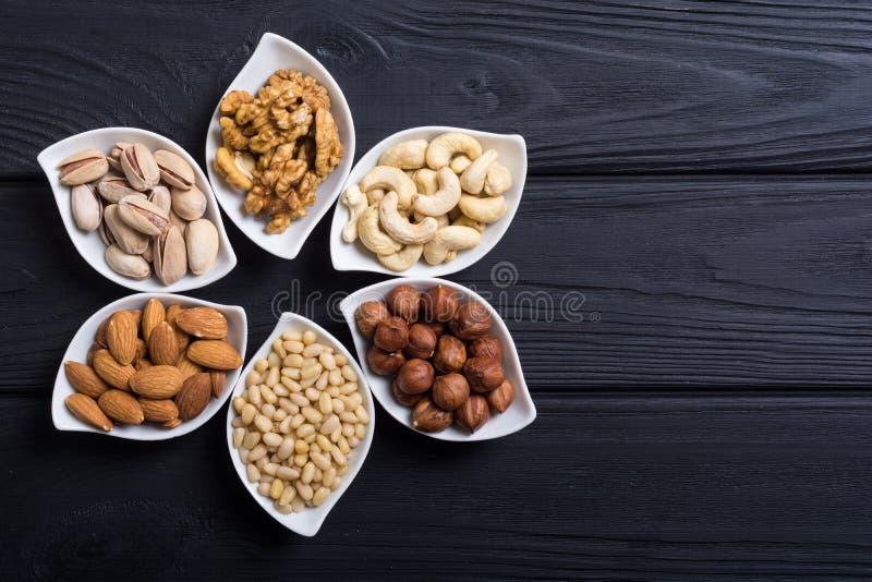坚果的混合:开心果、杏仁、核桃、松果、榛子和腰果 图库摄影