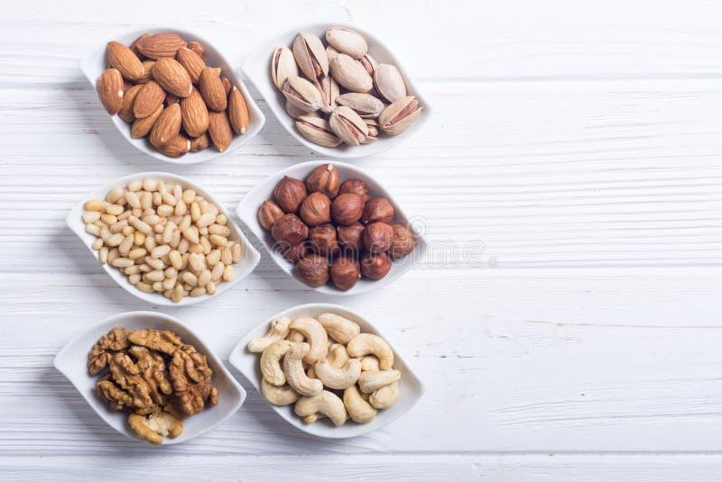 坚果的混合:开心果、杏仁、核桃、松果、榛子和腰果 库存图片