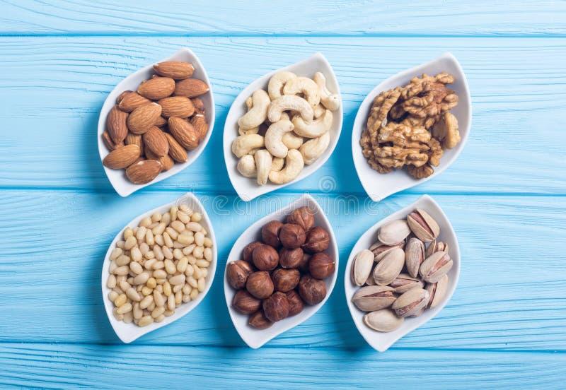 坚果的混合:开心果、杏仁、核桃、松果、榛子和腰果 免版税库存照片