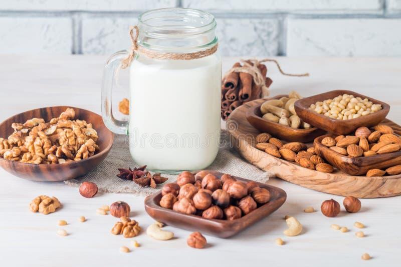 从坚果的素食主义者牛奶在玻璃瓶子 库存图片