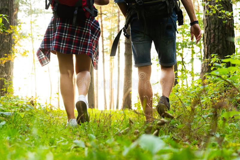坚韧路线 一起远足在森林的美好的年轻夫妇,当享受他们的旅途时 库存照片