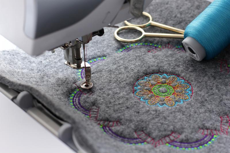 坛场刺绣在毛毡的与刺绣机器 图库摄影