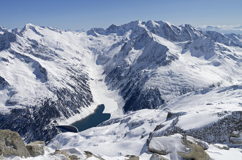 水坝在山峡谷 免版税库存照片