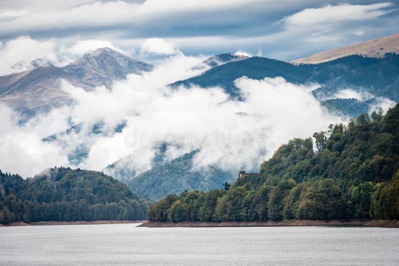 水坝的在喀尔巴阡山脉,罗马尼亚湖Vidraru 免版税库存图片