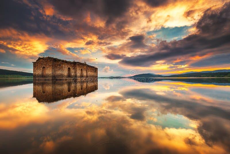 水坝的Jrebchevo被放弃的教会 库存照片