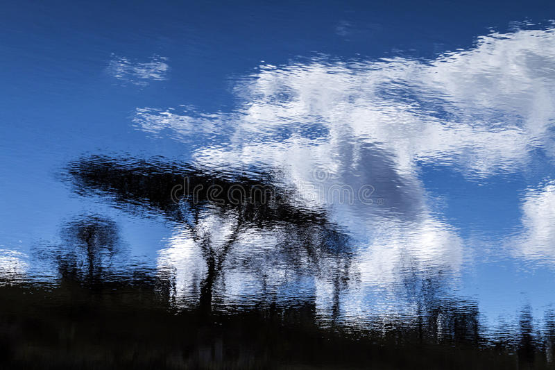 水坝水的树蓝色多云天空摘要反射 库存图片