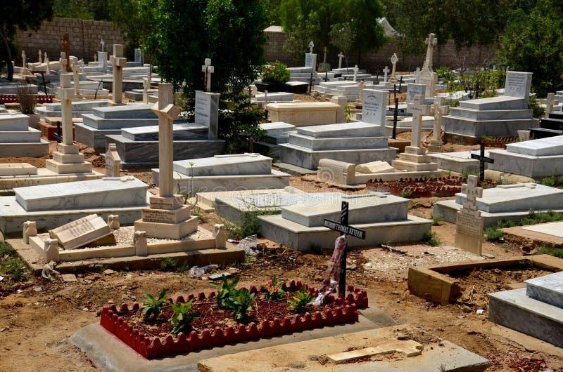 坟墓和墓碑与十字架在基督徒公墓坟园卡拉奇巴基斯坦 免版税库存照片
