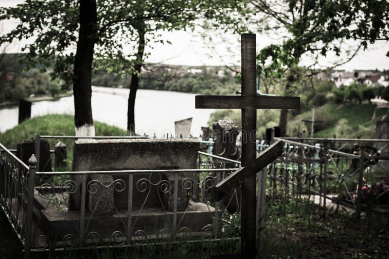 坟墓在有十字架的河附近 免版税库存图片