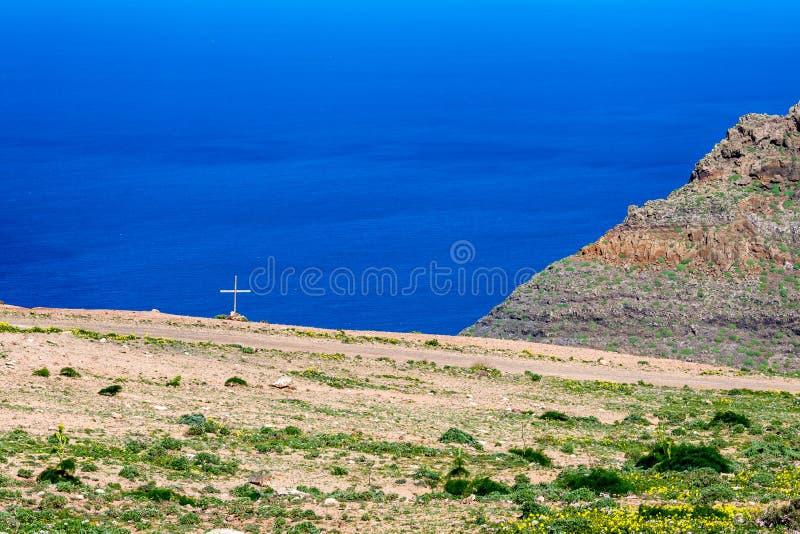 坟茔发怒近的石渣路,兰萨罗特岛,坎那利岛 免版税库存图片