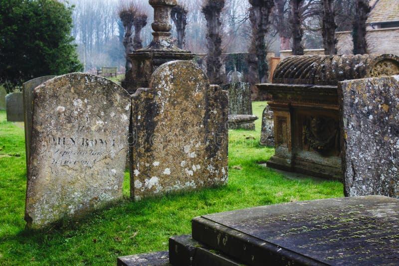 坟茔和墓石在一个典型的英国教会坟园 免版税库存图片