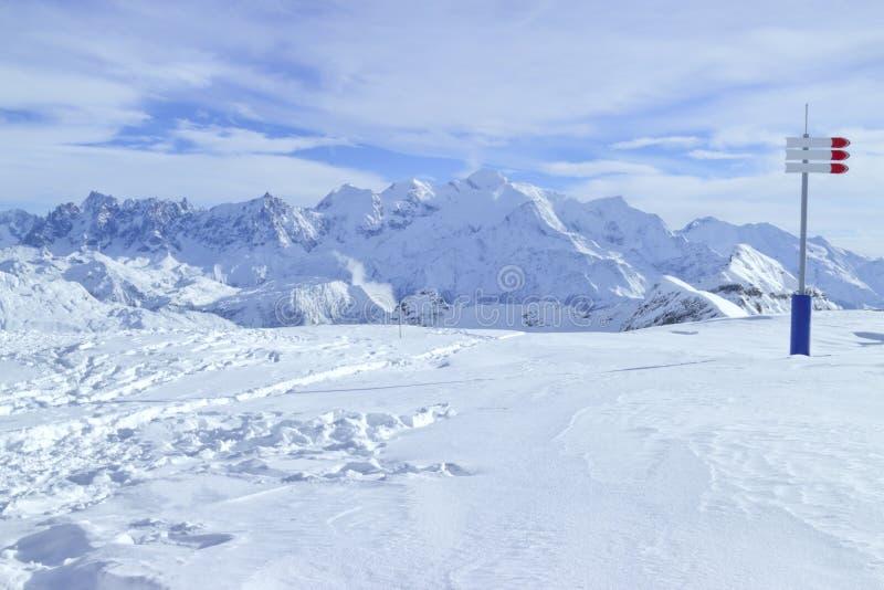 坡道滑雪在高阿尔卑斯,多雪的山峰全景 免版税库存图片