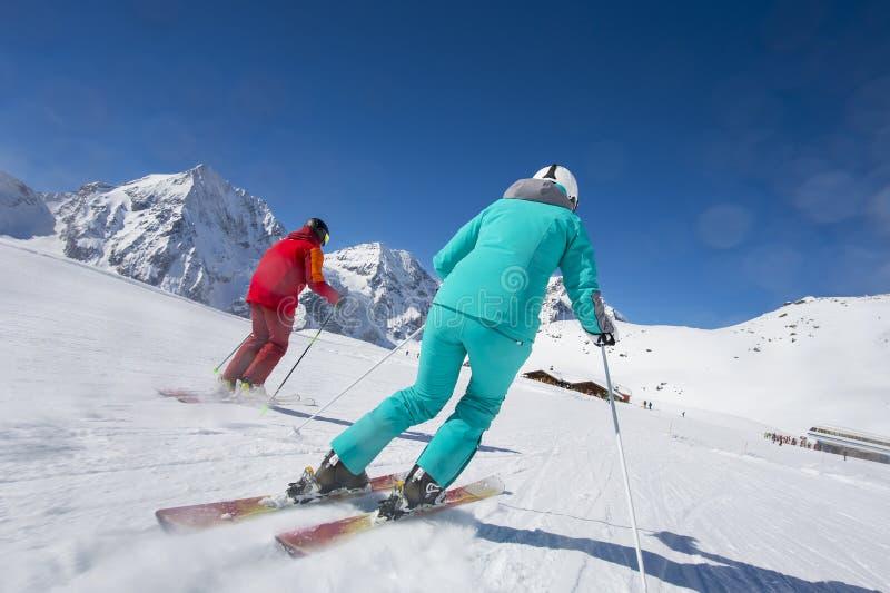 坡道滑雪-在滑雪小屋到达 免版税库存图片