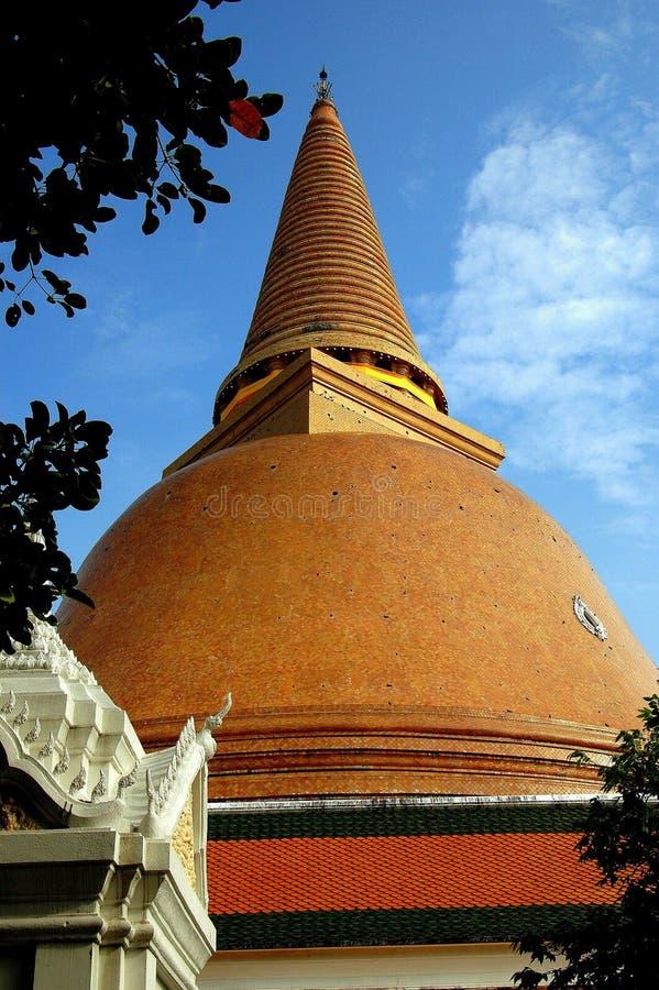 洛坤, Pathom,泰国:Wat Pathom Chedi圆顶 库存图片