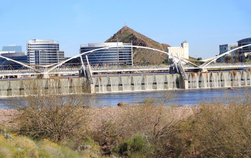 坦佩,亚利桑那:在春雨以后的新的Salt河水坝 库存照片
