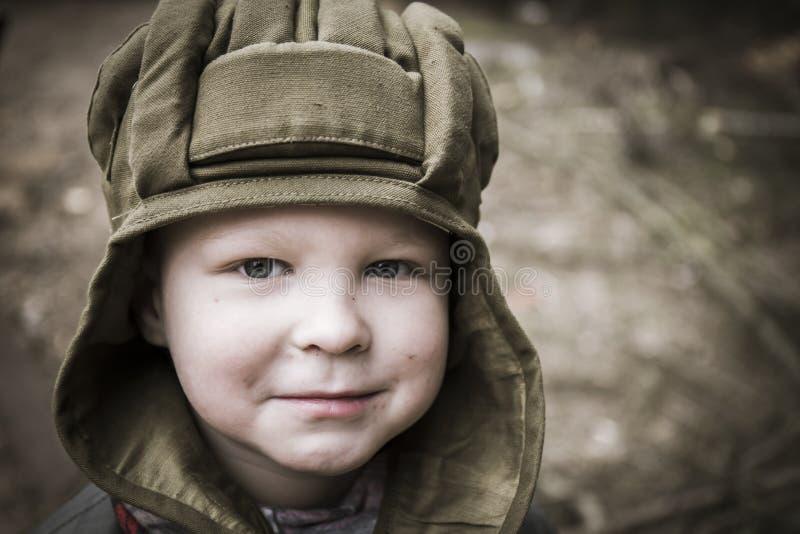坦克盔甲的小男孩 免版税库存图片