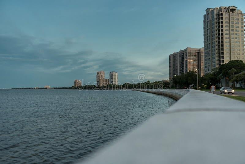 坦帕,佛罗里达- 2015年5月05日:坦帕都市风景用水 晚上射击 日落 免版税库存照片