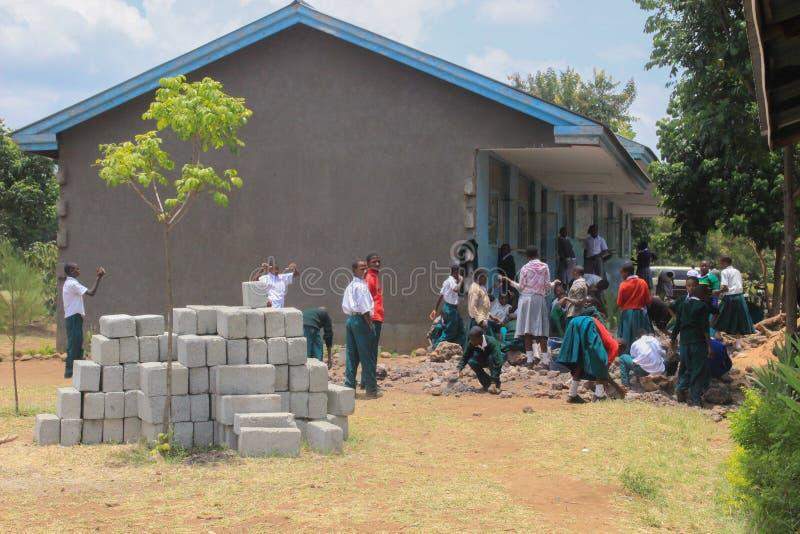 坦桑尼亚的公开高中生在校园工作 免版税库存照片