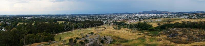 坦迪尔市和周围的小山风景  免版税库存图片