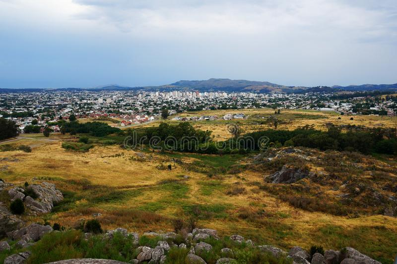 坦迪尔市和周围的小山风景  免版税库存照片